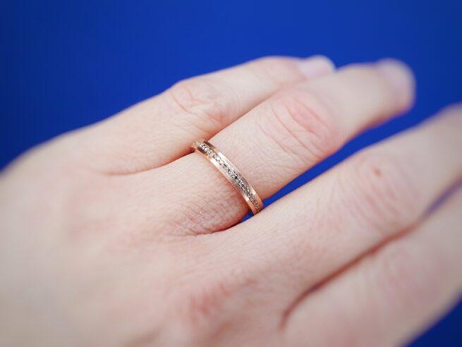 Roodgouden 'Eenvoud' ring met bruine diamanten rondom pave gezet. Oogst Goudsmeden. Aanschuifring
