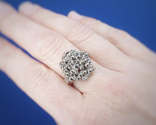 Ring Bessen witgoud. Statement ring van Oogst goudsmid Amsterdam