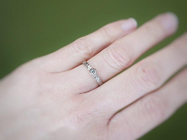 Witgouden verlovingsring Deining met 0,10 crt diamant. Goudsmid Oogst Amsterdam.