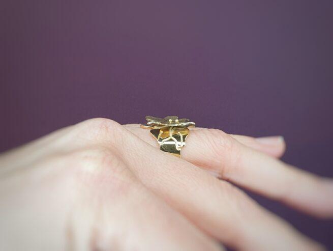Geelgouden ring 'In bloei', fraaie lelie. Ontwerp van Oogst Goudsmeden
