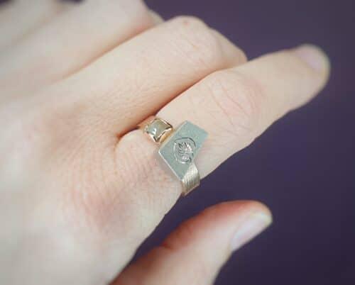 Ring Japonais Roodgouden ring met witgouden doosje met handgravure en natural diamant. Oogst goudsmeden Amsterdam