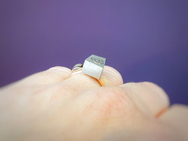 Rose gold ring with white gold box and hand engraving. With a natural diamond. Statement ring. Oogst goldsmith Amsterdam