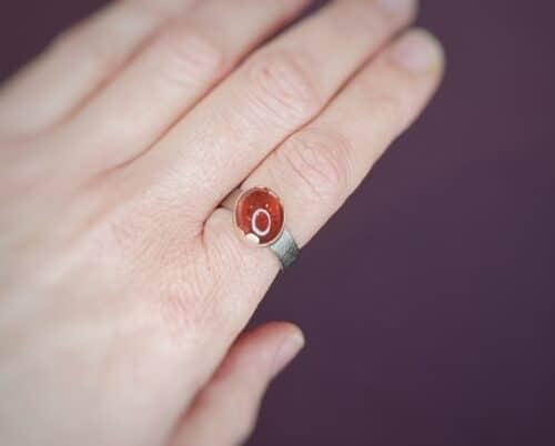 Witgouden 'Linnen' ring met rode toermalijn in roodgouden wolk zetting. Oogst goudsmeden Amsterdam.