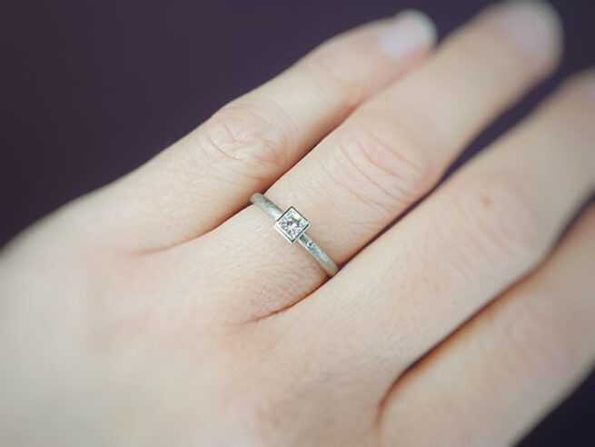 White gold engagement ring with princess cut diamond. Carré. Design by Oogst goldsmith. Oogst goldsmith Amsterdam.