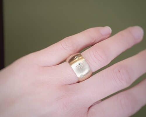 Geelgouden ring 'Eenvoud' met blauwe en groene diamanten. Ontwerp van Oogst goudsmeden in Amsterdam
