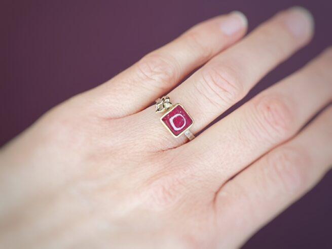 Witgouden ring met roze toermalijn en geelgouden duifje. Oogst Amsterdam.