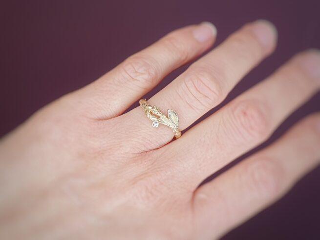 Geelgouden ring Boomgaard. Takje met diamant. Oogst goudsmid Amsterdam