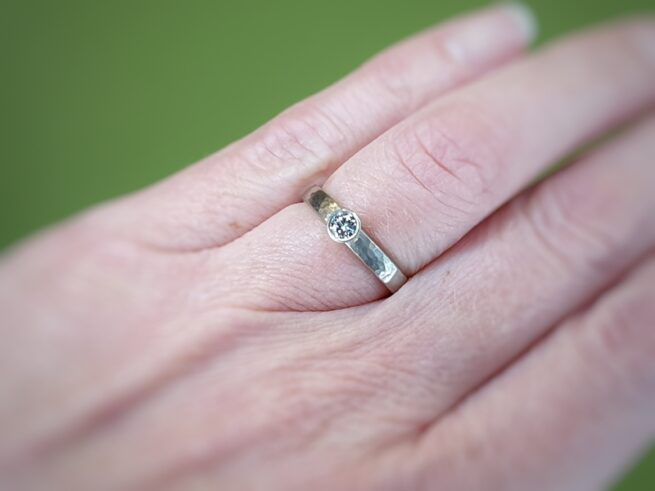 White golden ring 'Rhythm' with 0,20 ct diamond and fine hammering. Oogst goldsmith in Amsterdam