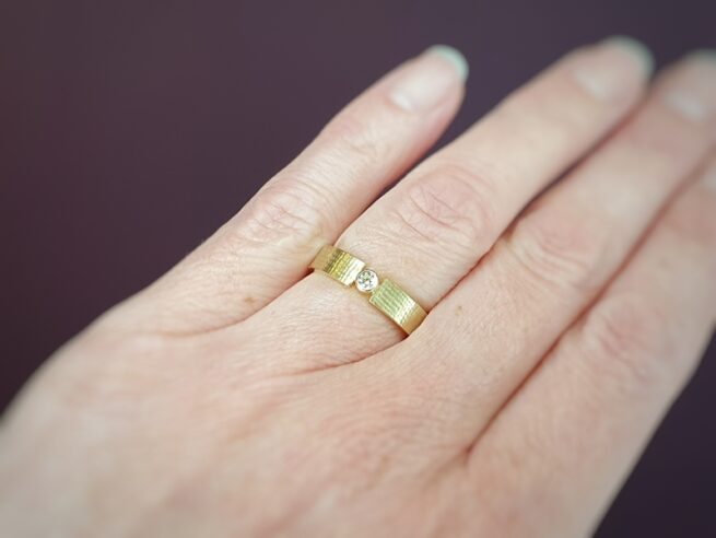 Geelgouden 'Linnen' ring met 0,10 crt briljant geslepen diamant. Edelsmid Oogst Amsterdam.