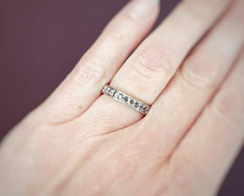 Aanschuifring 'Eenvoud'. Eternity ring. Witgouden ring met roze spinel. Ring Ton sur Ton. Design van Oogst Goudsmid Amsterdam
