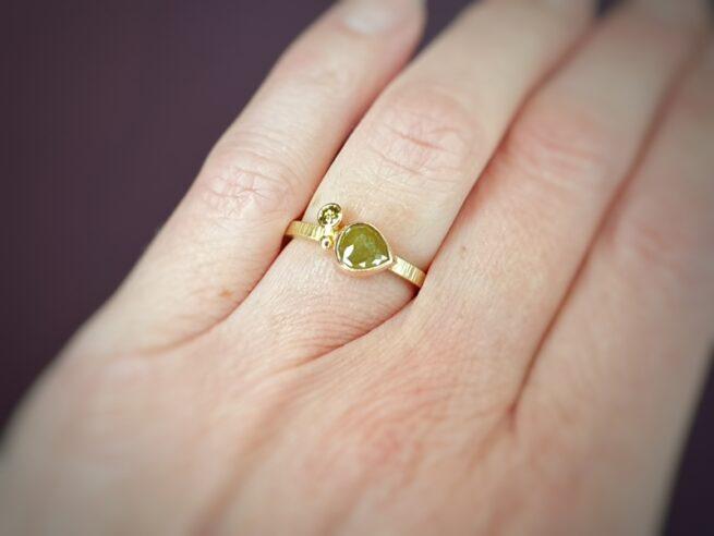 Ring geelgoud met hamerslag. Uit de serie Verzameling. Met 0,86 ct fancy roos peer mosterd 0,10 ct olijf en bes. Oogst edelsmid in Amsterdam