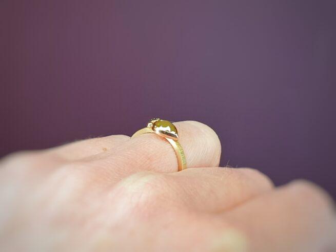 Ring geelgoud met hamerslag. Ton sur ton. Uit de serie Verzameling. Met 0,86 ct fancy roos peer mosterd 0,10 ct olijf en bes. Oogst edelsmid in Amsterdam