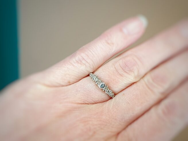 Witgouden verlovingsring Bessen met ijsblauwe diamant. White gold engagement ring Berries with an ice blue diamond. Oogst goudsmid Amsterdam