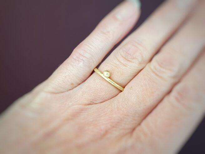 Geelgouden 'Bessen' ring. Aanschuifring. Oogst goudsmid Amsterdam