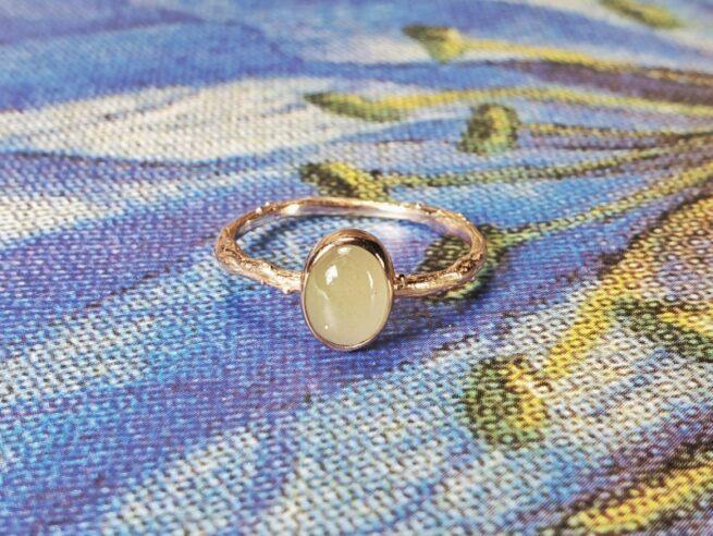 Roodgouden 'Boomgaard' ring takje met ovale aquamarijn. Oogst Goudsmeden