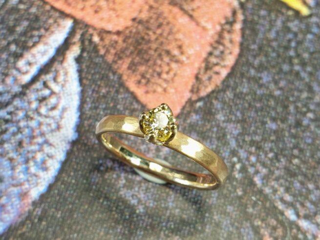 Verlovingsring met hamerslag en lichtgele diamant in een chaton gezet