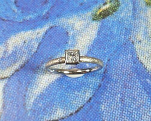Witgouden ring 'Carre' met princess geslepen diamant.