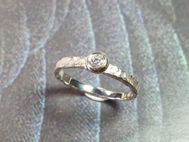 Witgouden ring 'Deining' met briljant geslepen diamant.