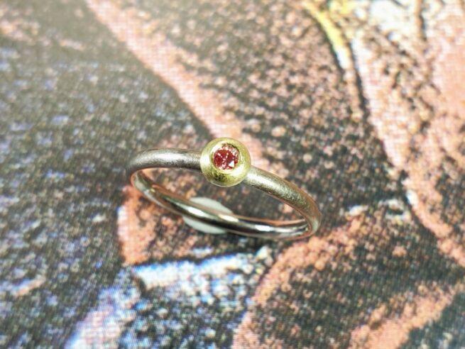 Witgouden ring 'Boleet' met roze diamant in geelgouden zetting.