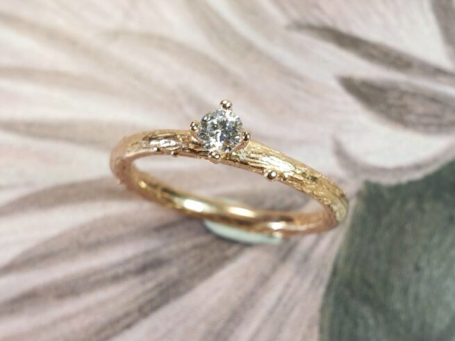 Roodgouden ring 'Boomgaard' takje met briljant geslepen diamant.