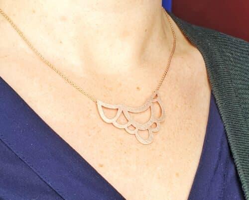 Roodgouden 'Lineair' collier met een roodgouden lussen motief. Uit het Oogst atelier.