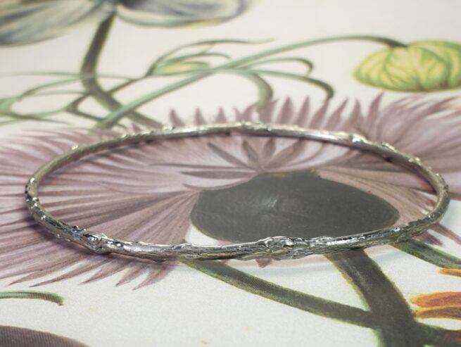 Witgouden 'Boomgaard' rinkelband. Twijgjes armband. Uit het Oogst atelier Amsterdam.
