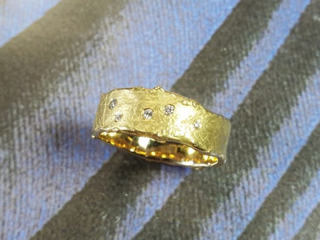 Geelgouden 'erosie' ring met diamanten. Ontwerp van goudsmid Oogst Amsterdam.