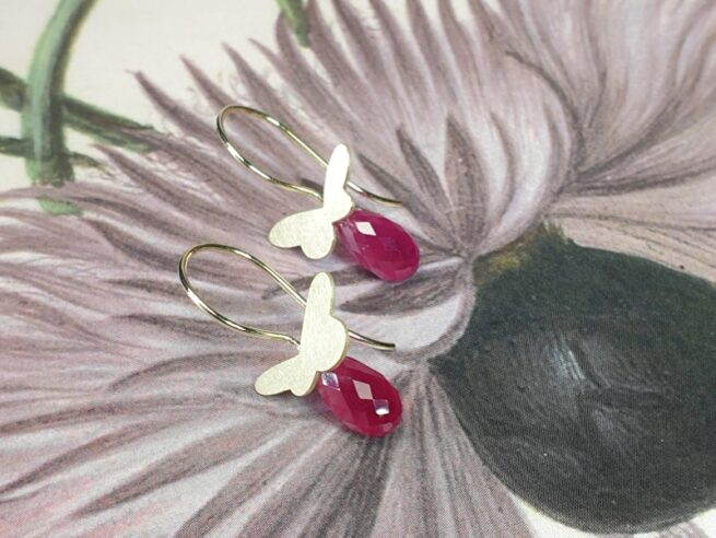 Geelgouden Vlinders met briolet geslepen Robijn oorbellen. Maatwerk van goudsmid Oogst in Amsterdam