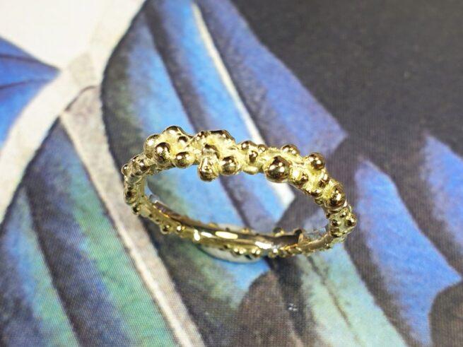 Besjes ring met rondom fijne besjes in geelgoud. Oogst sieraadontwerp Amsterdam.