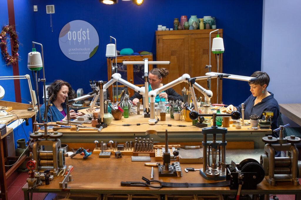 Goudsmid atelier Oogst Amsterdam, aan het werk.