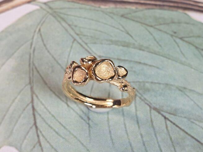 Roségouden organische ring 'Perziken'. Oogst sieraadontwerpers in Amsterdam.