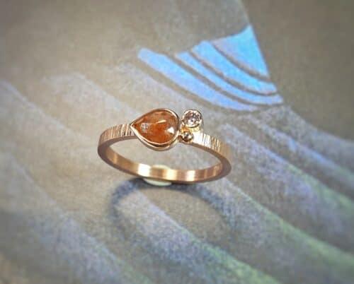 Roodgouden 'Verzameling' verlovingsring met roestbruine peer natural diamant en een briljant geslepen bruine diamant en een besje. Ontwerp van Oogst Goudsmeden.