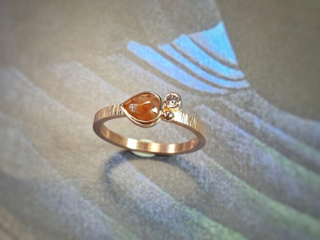 rose gold ring with pointy hammering and a 0,59 ct natural pear shaped rose cut diamond red brown and a 0,05 ct brilliant cut natural brown diamond and a berry. Design by Oogst goldsmith
