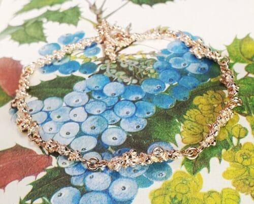 Roodgouden 'Bessen' armband met 3x bruine diamant. Oogst goudsmid Amsterdam.