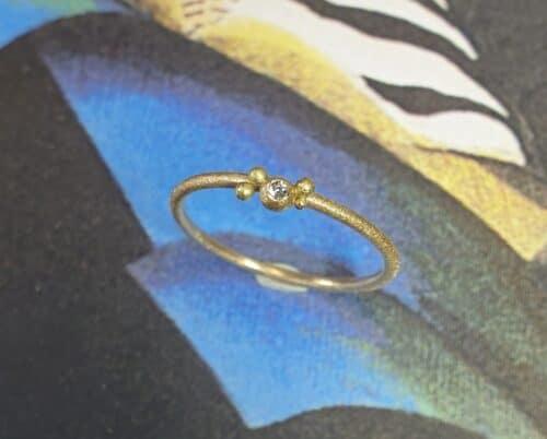 Geelgouden ring 'Besjes' met een diamantje. Sieraadontwerp Oogst in Amsterdam.