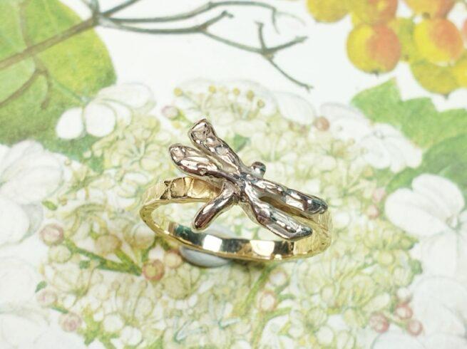 Geelgouden ring 'Insecten' met geelgouden libelle. Oogst goudsmeden Amsterdam.