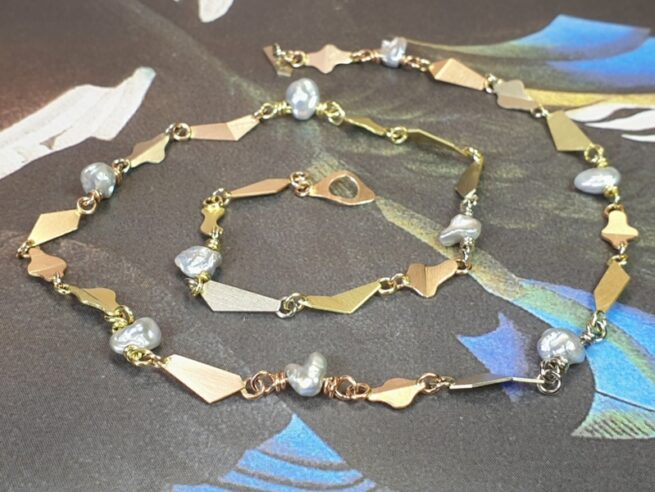 gouden collier gevouwen schakels en keshi parels multicolor. Oogst sieraadontwerp Amsterdam.