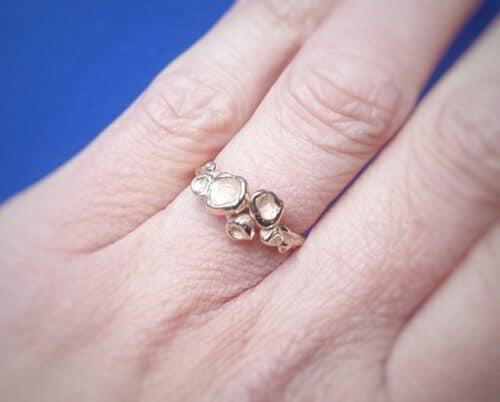 Roségouden organische ring 'Perziken' om de vinger gedragen. Oogst sieraadontwerpers in Amsterdam.