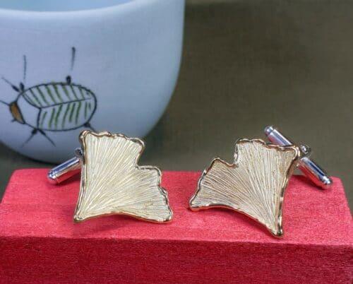 Geelgouden manchetknopen 'Ginkgo' blaadjes met zilveren mechaniek. Ontwerp van Oogst Goudsmeden in Amsterdam