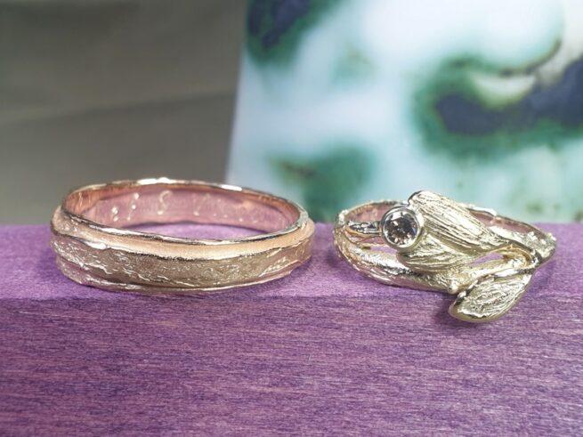 Handgemaakte Trouwringen Erosie en Boomgaard uit het Oogst atelier. Geelgouden trouwring met bruine diamant. Roségouden trouwring met textuur. Oogst Goudsmeden collectie