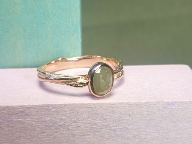 Roségouden verlovingsring met ovale naturel diamant. Ontwerp van oogst Sieraden te Amsterdam.
