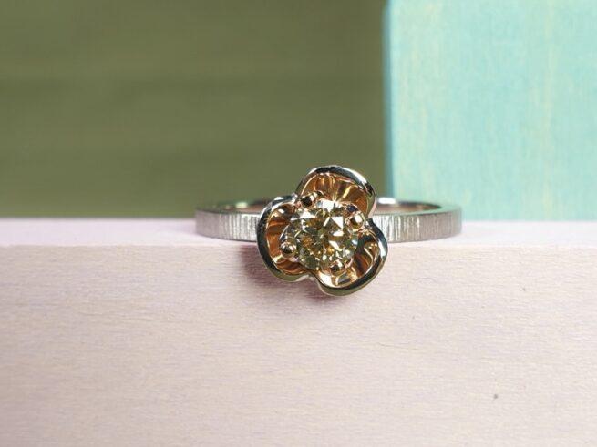 Witgouden verlovingsring In Bloei met 0,41 diamant light brown. Maatwerk ring van Oogst Sieraden.