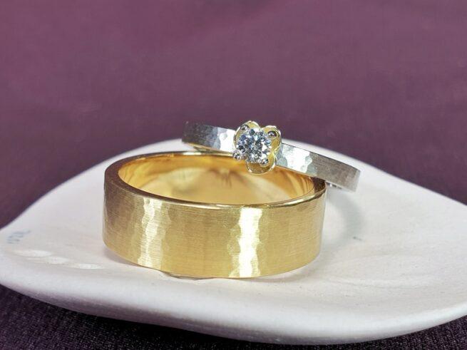 Handgemaakte trouwringen 'Ritme'. Geelgouden trouwring met hamerslag. Witgouden trouwring met hamerslag en diamant. Uit het Oogst atelier.