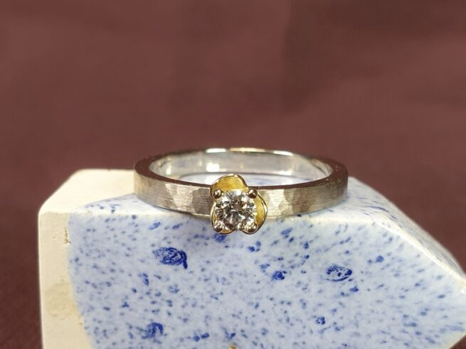 Diamond ring from the Rhythm series. White gold ring with yellow gold flower. Design by Oogst Jewellery in Amsterdam.