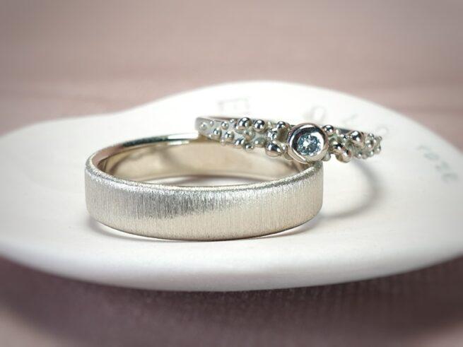 Handgemaakte witgouden ringen met besjes en een ijsblauwe diamant. Ontwerp van Oogst goudsmeden in Amsterdam