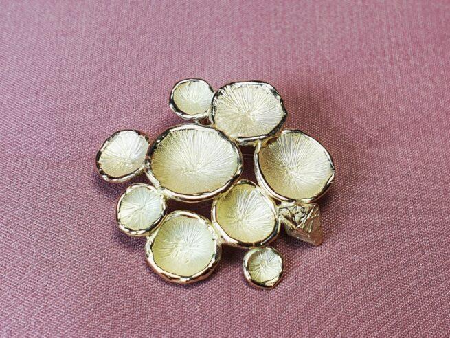 Geelgouden speld 'Zwammen en Kristal'. ontwerp van Oogst Sieraden. Ook als hanger te dragen.