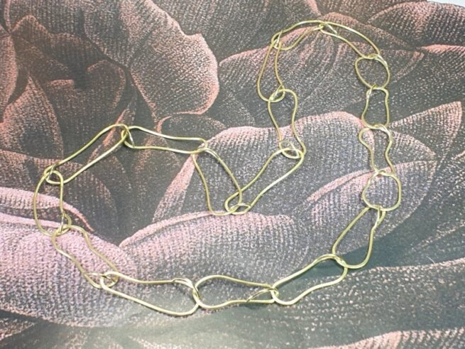This yellow golden necklace 'Cells' has hammered links and is a true one-of-a-kind Oogst design.