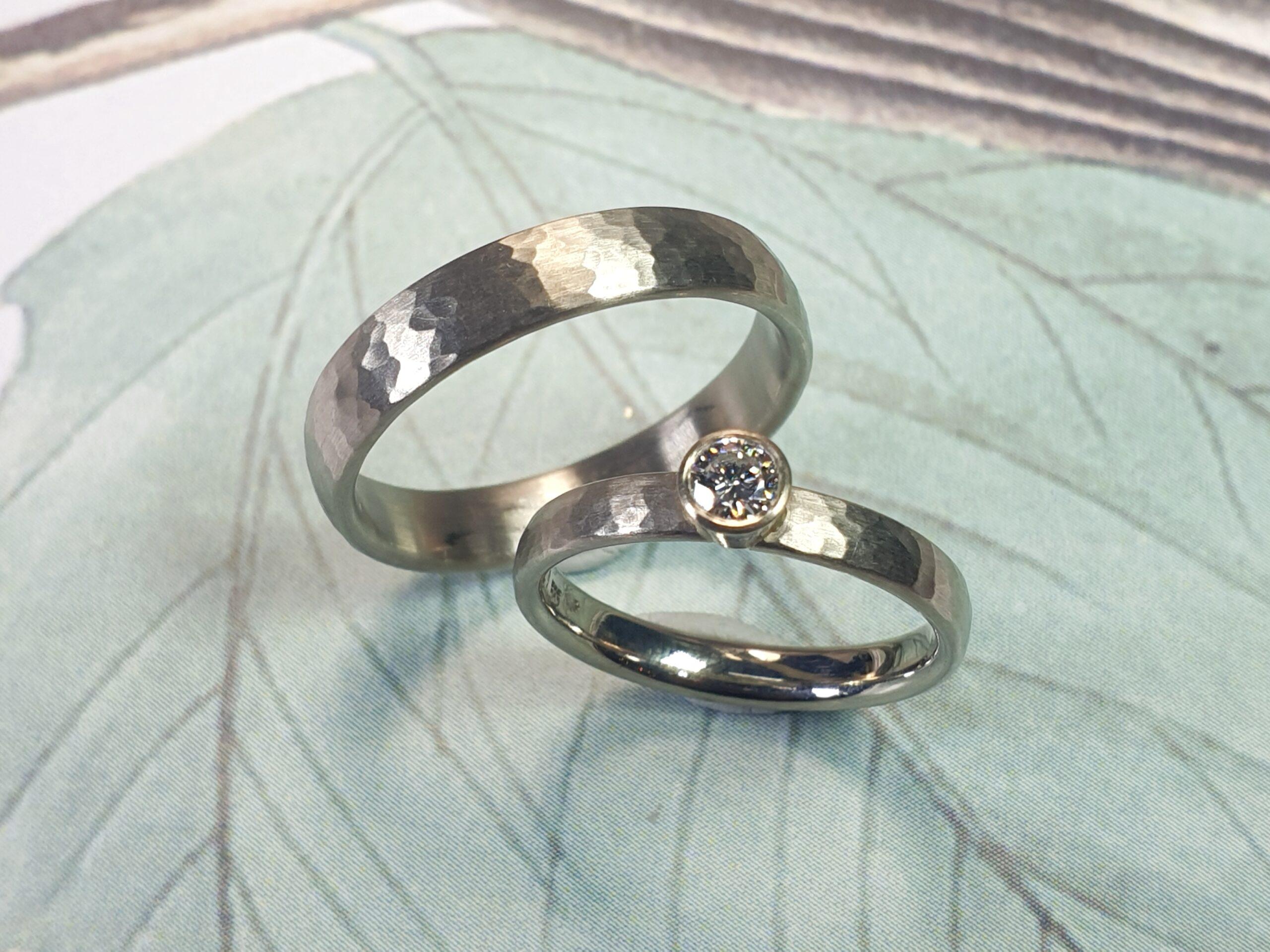 Witgouden 'Ritme' trouwringen met hamerslag en briljant geslepen diamant. Sieraad Ontwerp van Oogst