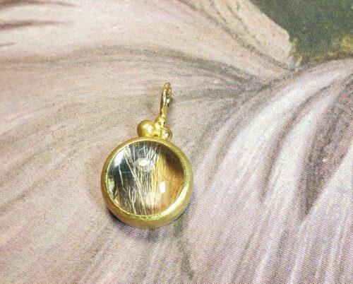 Hanger geelgoud met poezenhaar onder de bergkristal. Met fijne besjes. Gedenksieraad. Oogst Sieraden maatwerk.
