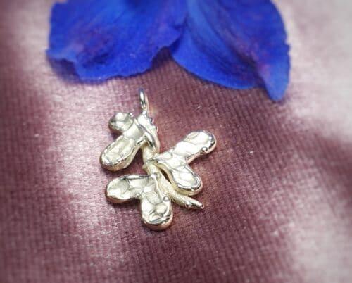 Geelgouden hanger 'Blaadjes'. Hartvormige blaadjes op een takje. Handgemaakt door Oogst Sieraden
